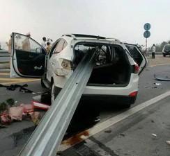 Tin tức trong ngày - Dải phân cách xuyên thủng ô tô trên cao tốc HN- Lào Cai