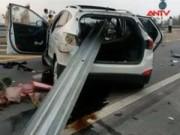 Video An ninh - Lao vào rào chắn, ôtô bị xuyên toạc trên cao tốc Lào Cai
