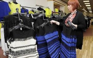 """Tin tức thời trang - """"Chiếc váy gây tranh cãi"""" bỗng đắt hàng như tôm tươi"""