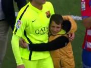 """Bóng đá Tây Ban Nha - Fan nhí khóc nức nở vì bị Rakitic """"keo kiệt"""""""