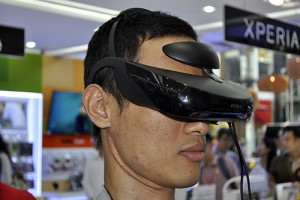 Công nghệ thông tin - Dùng thử kính thực tế ảo Sony HMZ-T3 đang trưng bày tại TP.HCM