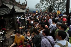 Tin tức trong ngày - Hàng vạn người đội mưa gió lên đỉnh núi Yên Tử