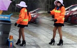 Thời trang - TQ: Chị lao công mặc váy ngắn, đi giày cao gây sốt