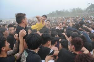 Tin tức Việt Nam - Giẫm đạp, đánh nhau để cướp phết cầu may