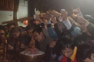 Tin tức Việt Nam - Xô đẩy cướp lộc, xoa kiếm lấy may ở đền Trần