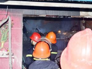 """Tin tức trong ngày - Cháy nhà, 4 người """"phi thân"""" từ tầng 2 xuống đất"""