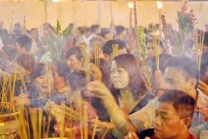 Tin tức trong ngày - Bình Dương: Quá đông người đến lễ, chùa Bà mù mịt khói