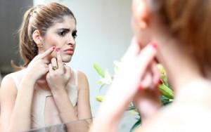 Làm đẹp - 7 sai lầm trang điểm cần tránh khi bị mụn hoành hành