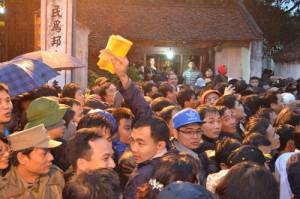 Hàng ngàn người xếp hàng dưới mưa chờ xin ấn đền Trần
