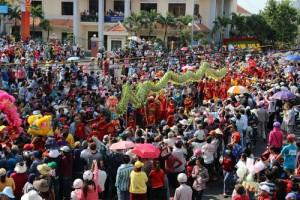 Tin tức Việt Nam - Hàng nghìn người đội nắng xem rước kiệu Bà ở Bình Dương