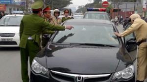 Tai nạn giao thông - Vì sao nữ cán bộ sở hất cảnh sát lên nắp ca-pô bỏ chạy?