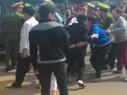 An ninh Xã hội - Người thân bị cáo chặn xe cảnh sát, gây rối tại tòa án