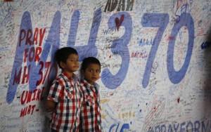 """Tin tức trong ngày - 1 năm MH370: Trẻ thơ và câu hỏi """"Bao giờ bố mẹ về?"""""""