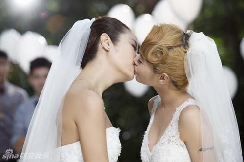 """Những MV đồng tính nữ """"gây sốt"""" của sao Hoa ngữ"""