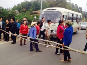 Tin tức trong ngày - Dân lại chặn đường dẫn lên cao tốc Nội Bài – Lào Cai