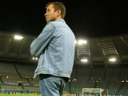 """Tin bên lề bóng đá - Ăn mặc """"quê mùa"""", tỷ phú Chelsea sợ làm xấu hổ CLB"""