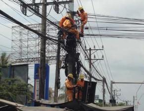 Tin tức Việt Nam - Nhân viên viễn thông bị điện giật treo lơ lửng 30 phút