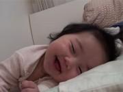 """Bạn trẻ - Cuộc sống - Clip: Bé gái """"ngủ cười"""" thu hút 13 triệu lượt xem"""