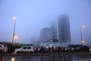 """Tin tức trong ngày - Hà Nội: Nhiều nhà cao tầng bị sương mù """"nuốt chửng"""""""