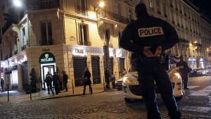 Pháp bắt nữ cảnh sát dính líu vụ khủng bố Paris