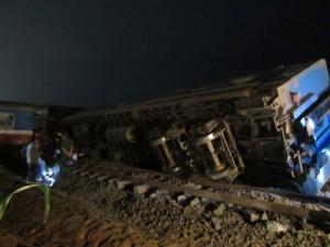 Tin tức Việt Nam - Tàu đâm đứt đôi xe tải, 3 toa tàu văng khỏi đường ray