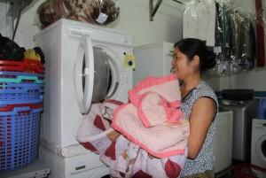 Thị trường - Tiêu dùng - Mưa phùn kéo dài, dịch vụ giặt là làm hết công suất