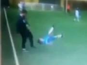 Video bóng đá hot - Phẫn nộ: HLV đá cậu bé tung người trên sân