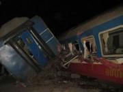 Video An ninh - Tàu đâm đứt đôi xe tải, 3 toa tàu văng khỏi đường ray