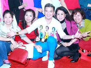 Ca nhạc - MTV - Mr Đàm bị fan nữ vây kín trong show diễn ở Thủ đô