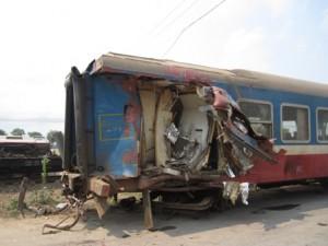Tin tức Việt Nam - Tàu đâm đứt đôi xe tải: Đã đưa 3 toa tàu ra khỏi đường ray