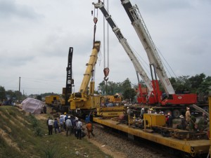 Tin tức trong ngày - Tàu đâm đứt đôi xe tải: Đường sắt Bắc Nam vẫn tê liệt