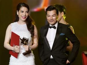 Trương Ngọc Ánh bối rối nhận giải thưởng từ chồng cũ