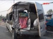 Camera hành trình - Container đâm bẹp dúm xe khách, 2 người thương vong