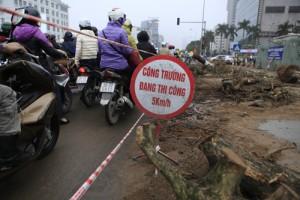Tin tức trong ngày - Hà Nội: Vỉa hè bị đào bới gây tắc đường cục bộ