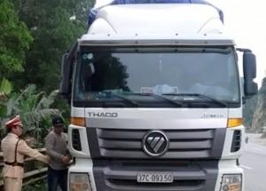 Tin tức trong ngày - Bị thổi phạt, tài xế xe tải tông CSGT, bỏ chạy