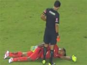 """Video bóng đá hot - Thủ môn giả vờ """"ngủ"""" để thoát thẻ đỏ"""