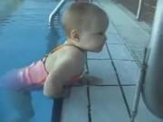 """Các môn thể thao khác - Bé 2 tuổi gây sốt với màn bơi lội như """"rái cá"""""""
