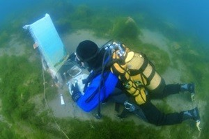 Video clip chuyện lạ - Video: 90 phút lặn dưới hồ nước lạnh để vẽ 1 bức tranh