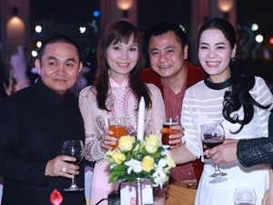 Phim - Vợ Xuân Hinh xinh đẹp dự đám cưới Thanh Thanh Hiền cùng chồng