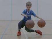 Thể thao - Cậu bé cụt bàn tay ném bóng rổ gây kinh ngạc