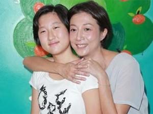 Phim - Cảnh khổ của cô con gái bị Thành Long bỏ rơi