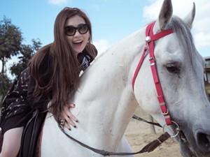 Thời trang - Á hậu Tú Anh cưỡi ngựa trên cao nguyên M'Drăk