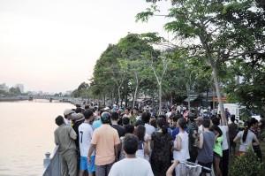 """Tin tức Việt Nam - """"Cần thủ"""" thả lại cá xuống kênh khi phát hiện xác người"""