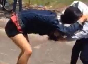 Giáo dục - du học - Thiếu nữ đánh nữ sinh ngất xỉu ngay trên đường