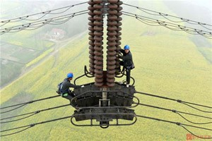 """Phi thường - kỳ quặc - """"Thót tim"""" khi sửa điện """"giữa trời"""" ở độ cao 122 mét"""