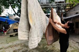 Tin tức Việt Nam - Chăn đệm, quần áo tranh nhau tắm nắng giữa Thủ đô