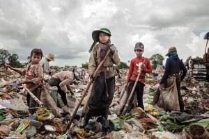 Ảnh: Trẻ em mưu sinh bằng nghề bới rác ở Campuchia
