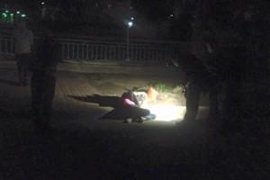 Tin tức trong ngày - Một phụ nữ ngồi gục đầu chết bất thường bên hồ