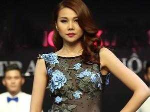 Váy - Đầm - Thanh Hằng diện áo mỏng tang đi catwalk