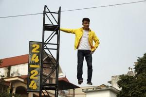 8X + 9X - Clip chàng trai bay lơ lửng trên không trung ở Hà Nội